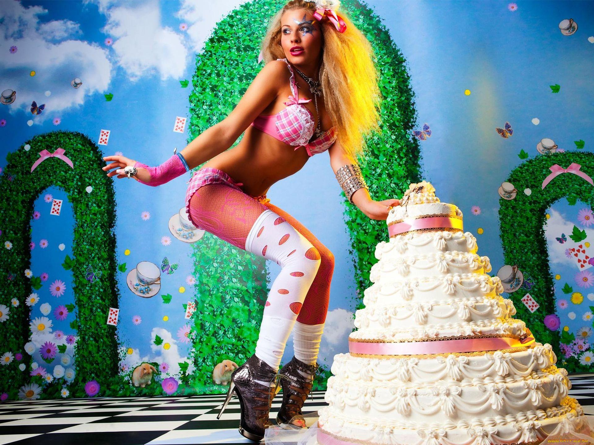 Поздравления с днем рождения девушка в торте